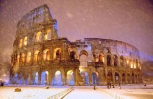 Roma 4 febbraio 2012 La neve imbianca il colosseo durante la notte foto gabriele forzano/gmt - Roma 4 febbraio 2012 La neve imbianca il colosseo durante la notte foto gabriele forzano/gmt - fotografo: gabriele Forzano/GMT