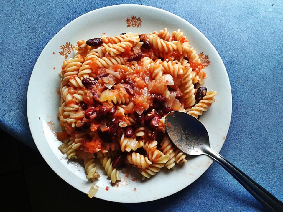 Makaron z pomidorami i fasolą